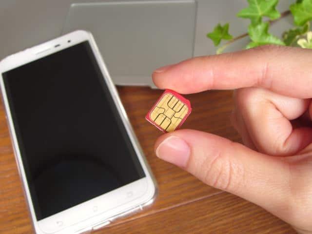格安SIMをiPhoneに入れて使っています(写真はiPhoneでないけれど)